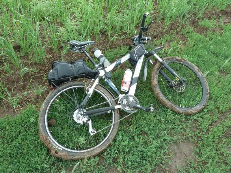 20120630. Баймен-2012: сразу после дождя, заднее колесо заблокировано грязью напрочь.