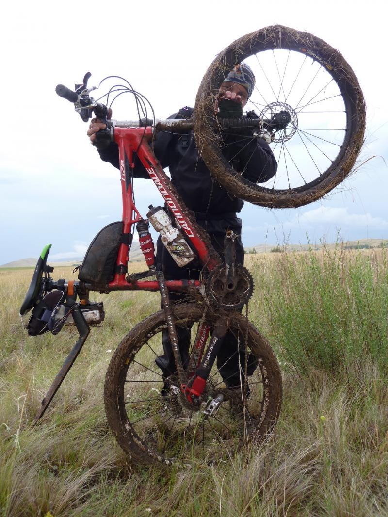 20120630. Баймен-2012: лапти грязи на велосипеде Мориса после попытки ехать по дороге.