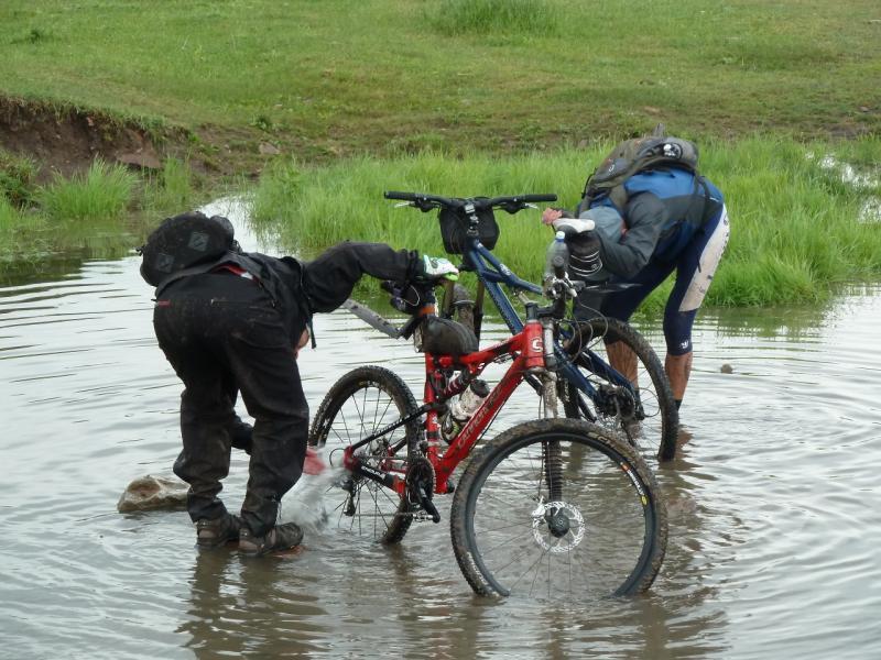20120630. Баймен-2012: помывка велосипедов в речке Шайтанды.
