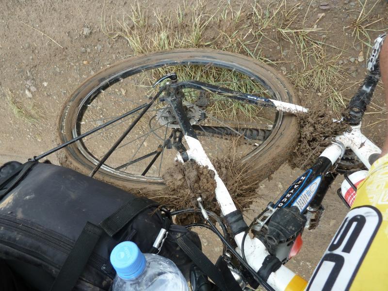 20120701. Баймен-2012: задок велосипеда, после пяти минут движения по размокшей дороге.