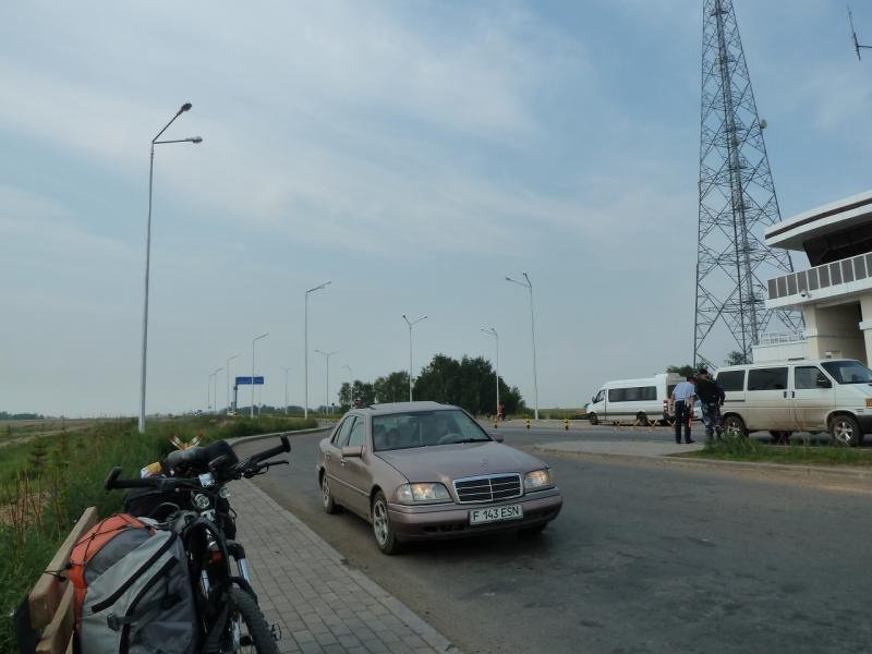 20120703. Астана-Павлодар: ожидаю попутный грузовик на КПП дороги Астана-Павлодар.