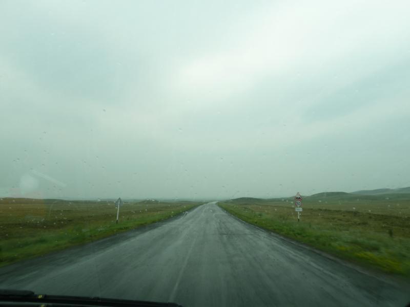 """20120703. Астана-Павлодар: после """"ремонта"""" дороги под дождём ничего не остаётся, как расставлять такие знаки."""