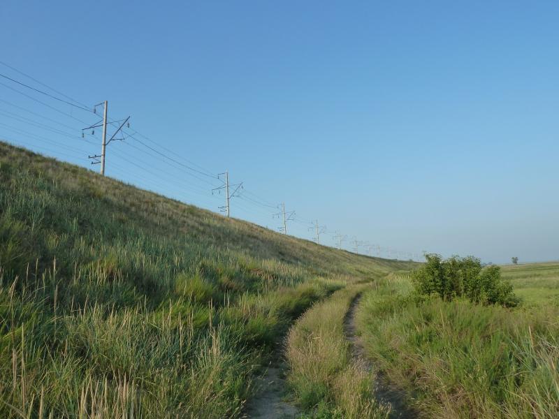 20120715. Павлодар-Аксу: дорога вдоль насыпи железнодорожного полотна.