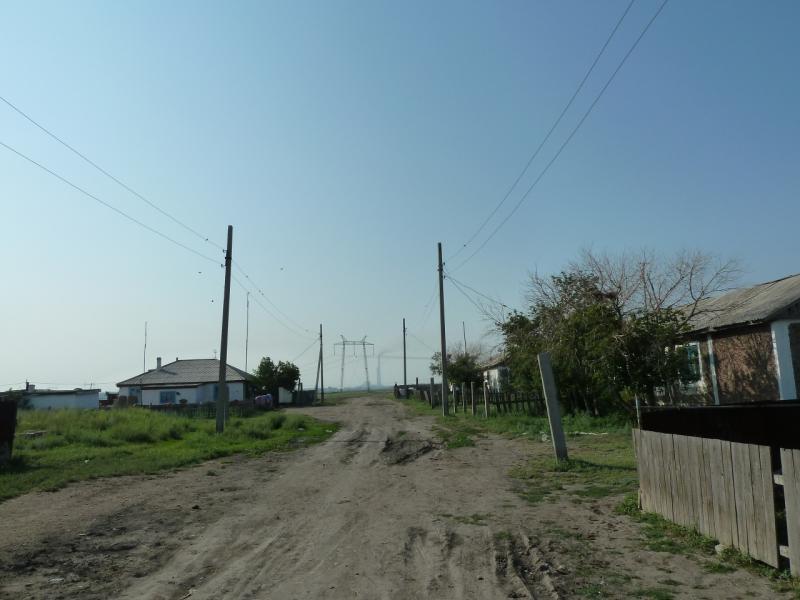 20120715. Павлодар-Аксу: единственная улица села Карабай.