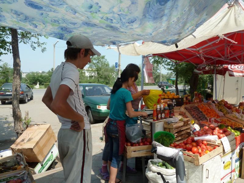 20120715. Аксу-Павлодар: приобретение арбуза на базарчике Аксу.
