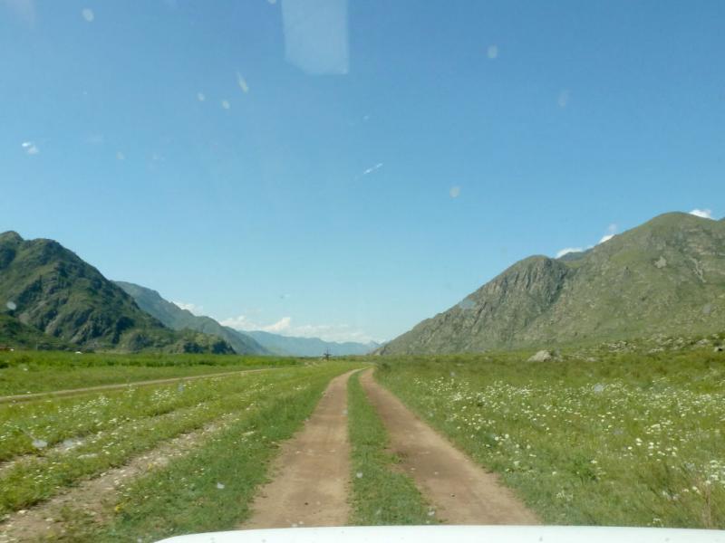 20180806. Неширокой долинкой в южной оконечности Чемальского ущелья.