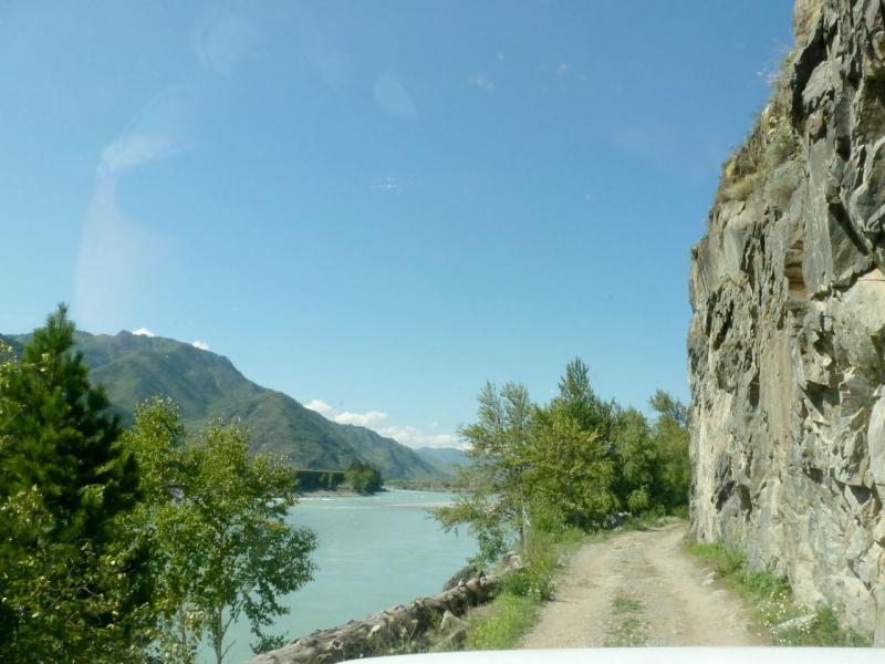 20180806. Дорога вдоль Катуни, вдоль искусственно стёсанных скал.