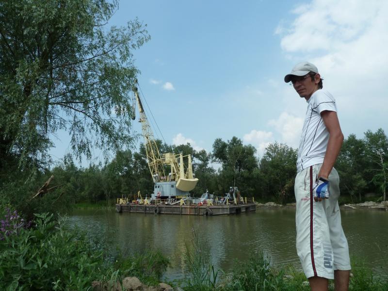 "20120715. Аксу-Павлодар: ""драга"", прочищающая русло заборного канала."