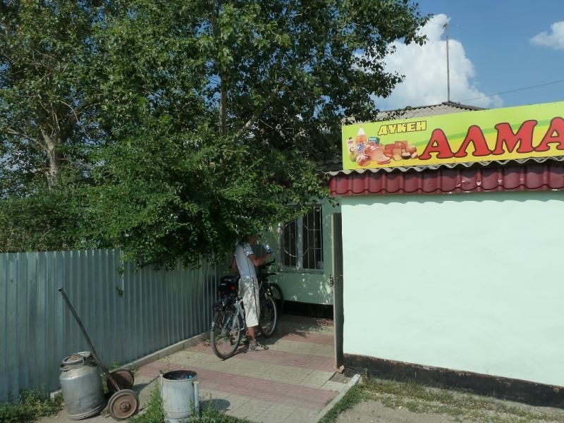 20120715. Аксу-Павлодар: водопой у магазинчика в селе Айдаколь.