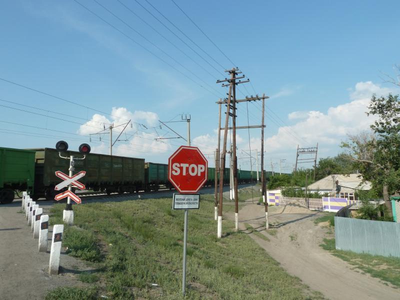 20120715. Аксу-Павлодар: переезд через железнодорожное полотно в посёлке Ленинский.