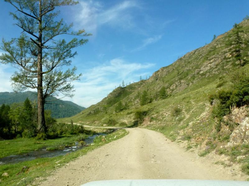 20180807. Грунтовая дорога вдоль речушки Башлан, на спуске с Ороктойского перевала.