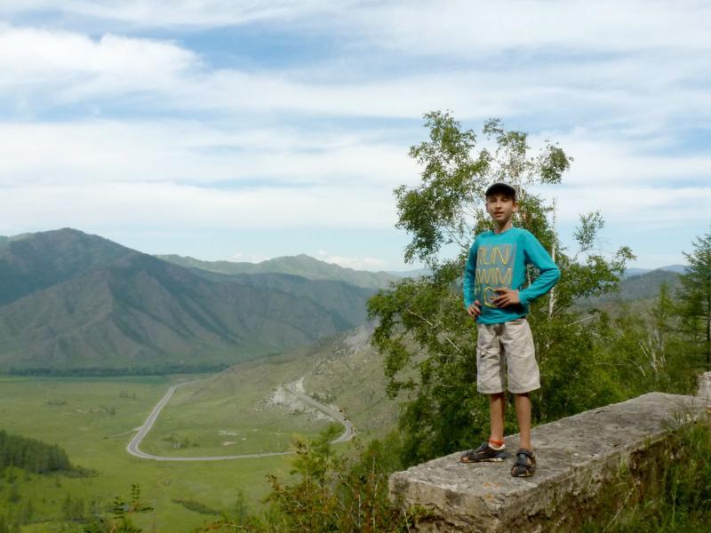 20180807. Мой сын Артём на одном из верхних витков серпантина старой дороги перевала Чике-Таман.