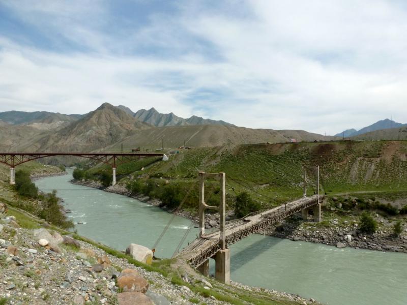 20180807. Вид на старый подвесной и новый мосты через реку Катунь у посёлка Иня.
