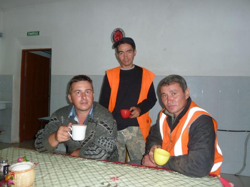 20120804. Сотрудники пункта технического обслуживания железной дороги в Ерейментау, угостившие нас чаем.