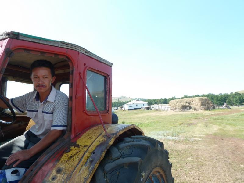 20120804. Владелец одного из хозяйств посёлка Алгабас.