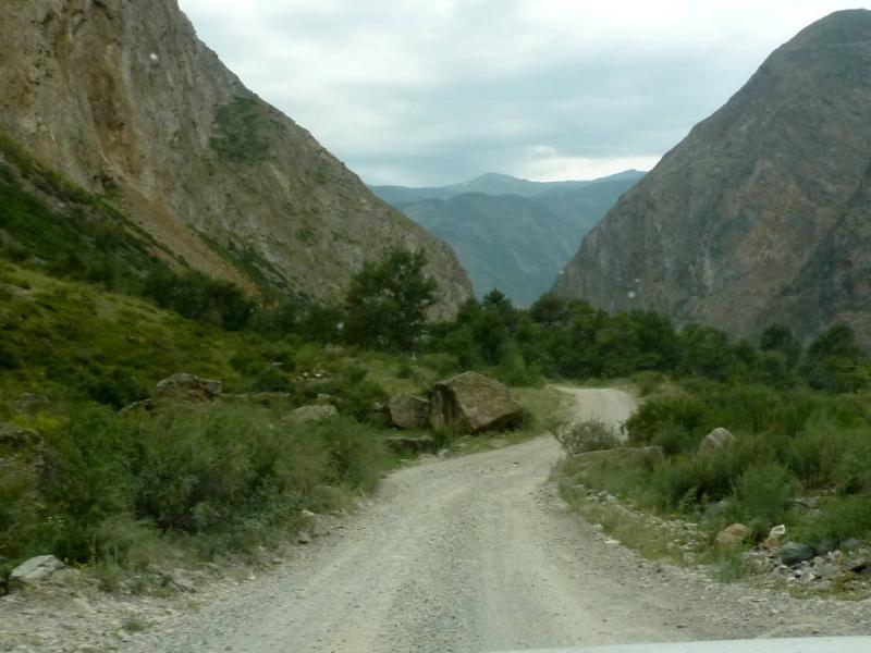 20180808. Со склонов окружающих гор иногда сходят оползни и скатываются огромные камни, похоже не так давно от них расчищали дорогу.