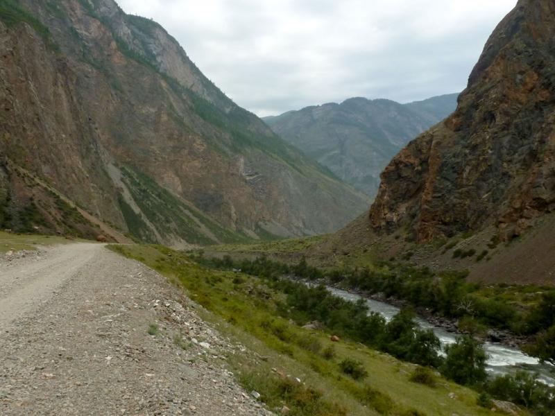20180808. Местами Чулымшанское ущелье буквально зажимается скалами, дорогу приходится выгрызать в склоне, и она проходит прямо над рекой.