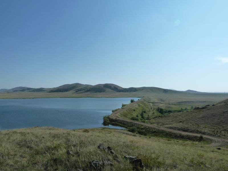 20120804. Вид на плотину Байменского водохранилища с одной из возвышенностей на северном берегу.