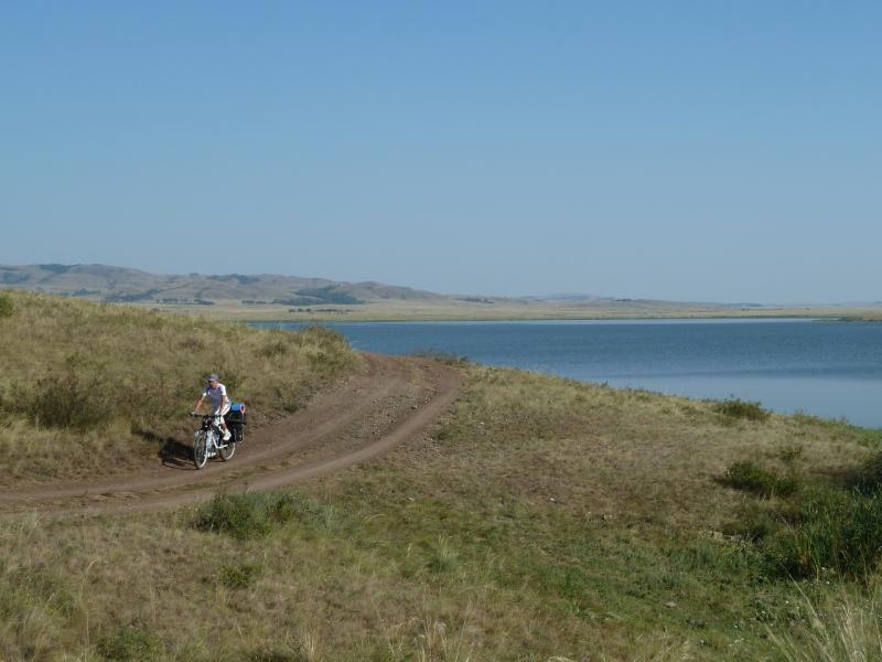 20120804. Илья едет берегом озера Жартас.