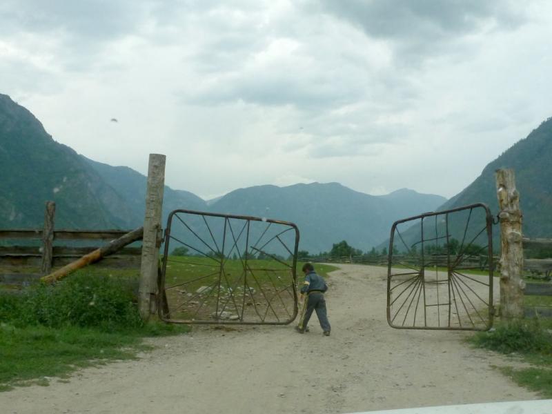 20180808. Нахальные дети собирают дань за проезд по территории их села.