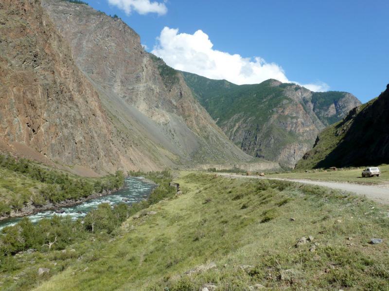 20180809. Перед сужением ущелья до ширины реки, неподалёку от места впадения притока Ит-кая.