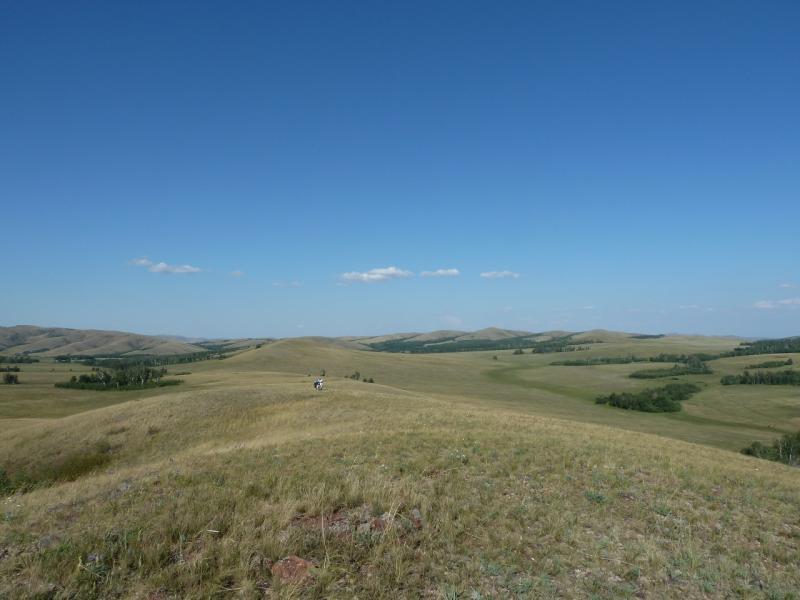 20120805. Илья двигается по одному из хребтов гор Ерейментау.