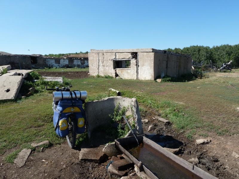 20120806. Артезианская скважина в развалинах у села Ленинское.