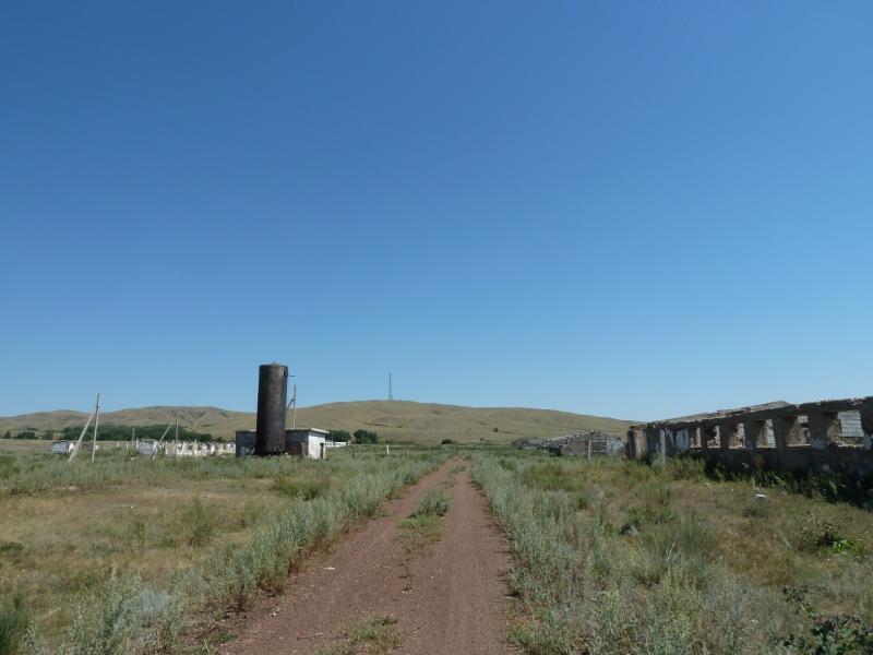 20120806. Дорога через развалины сельскохозяйственного комплекса у селя Каратал.