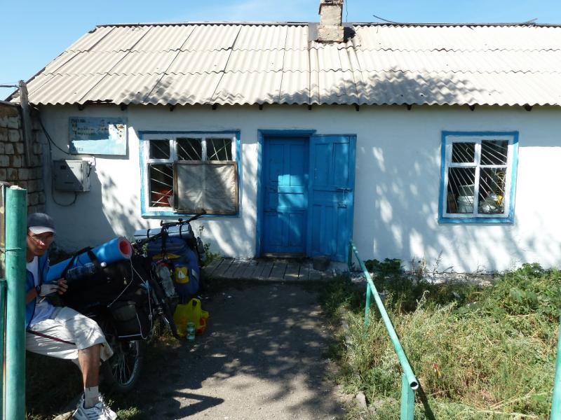 20120807. У магазина в селе Щидерты (Карагандинской области).