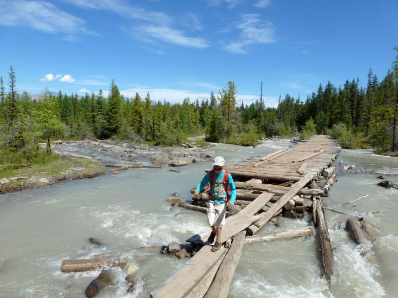 20180811. На мосту-настиле через речку Актуру, на выходе с нижнего альплагеря.