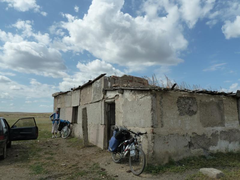 20120808. Здание с артезианской скважиной в селе Алабас.