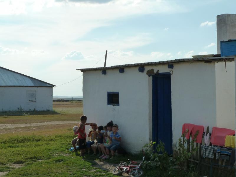 20120808. У дверей магазина в селе Алгабас.