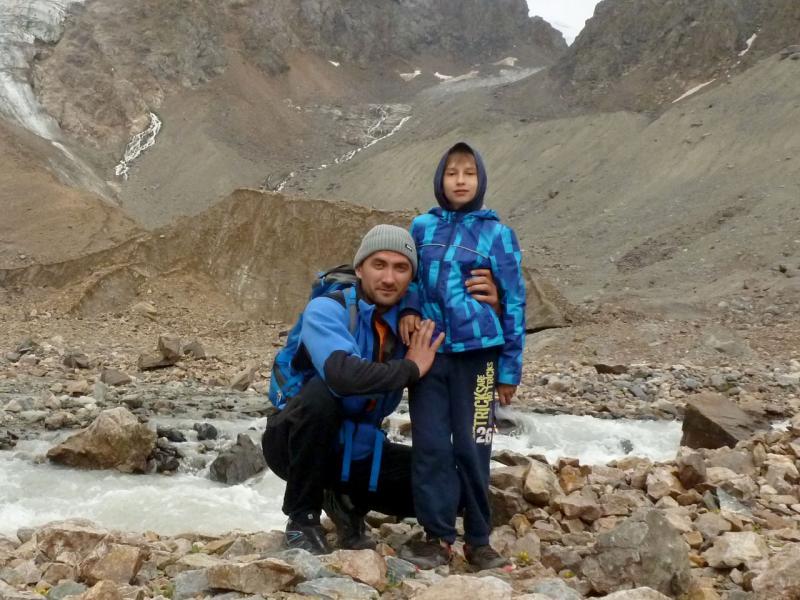 20180812. Мы с сыном у начала речки Актуру, близ одноимённого ледника.