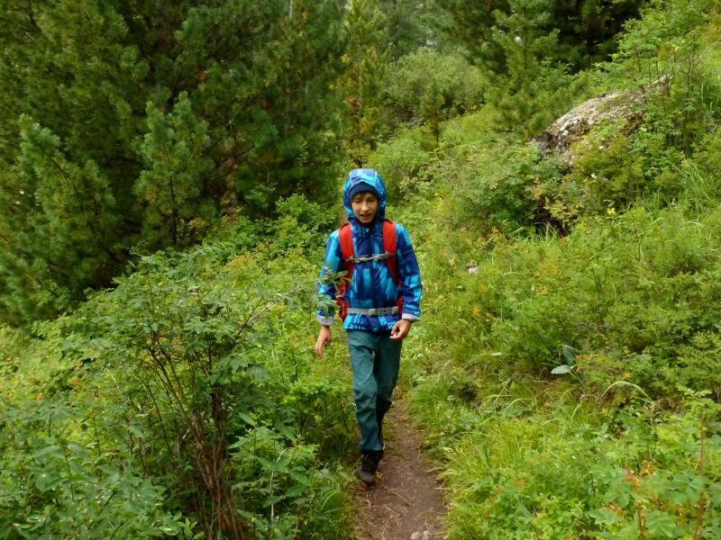 20180812. Артём бодро шагает по тропе от верхнего альплагеря Актуру к нижней перевалочной базе.