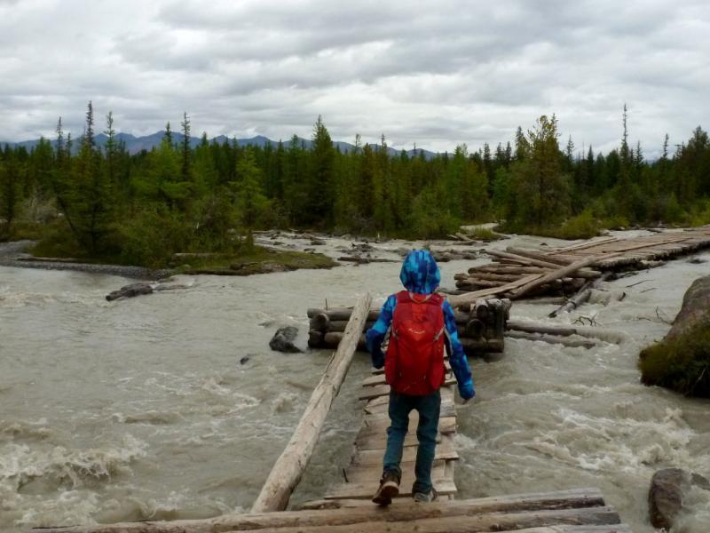 20180812. На мосту-настиле через речку Актуру у нижней перевалочной базы.
