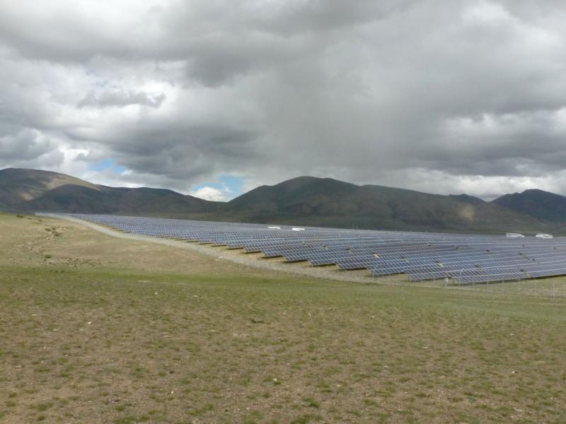 20180813. Вид на солнечную электростанцию (примерно половина поля в кадре) под Кош-Агачем, в Балаханской степи.