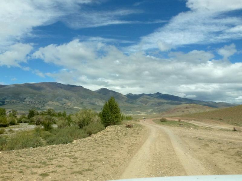 20180813. На дороге вдоль речушки Кызылчин, перед её слиянием с речкой Чаган-Узун.