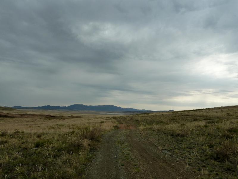 20130423. Грунтовая дорога в районе гор Караадыр и Сарыадыр.