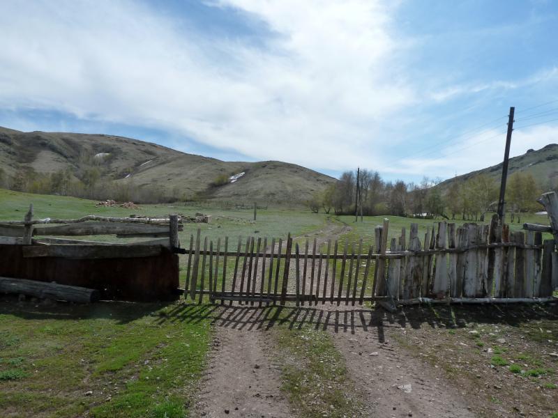 20130426. Ворота на выезде из села Желтау (Сарт).