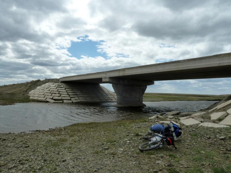 20130427. Мост через реку Карасу, в трёх километрах от озера Карасор.