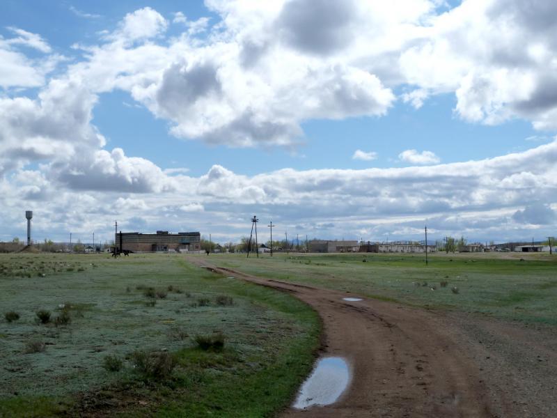 20130428. Въезд с севера в село Акжал.