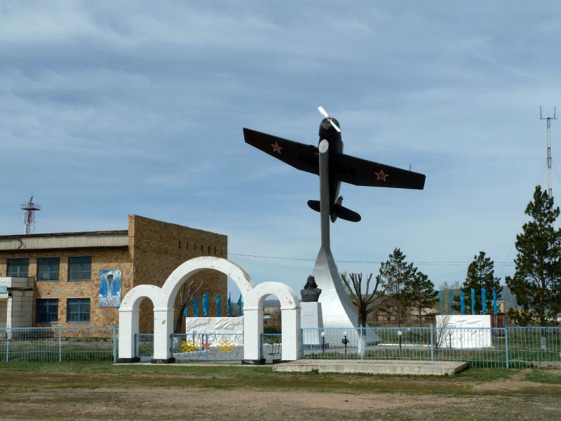 20130502. Памятник с самолётом-истребителем времён второй мировой войны в селе Нуркент.