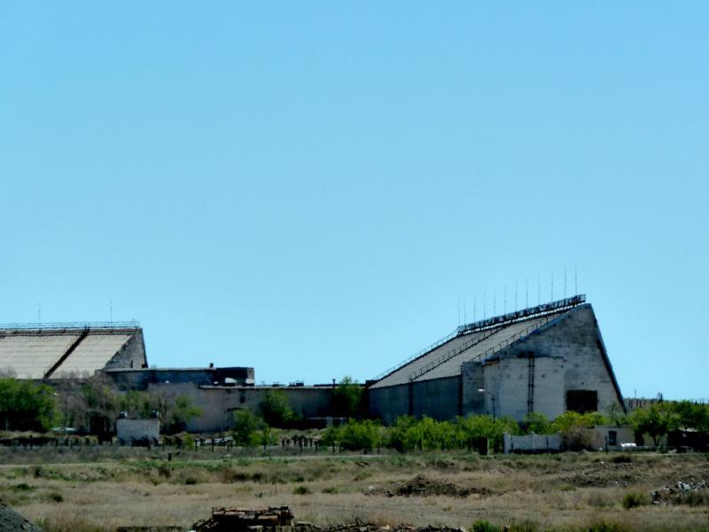 """20130508. Вид на последний оставшийся балхашский радар """"дальнего обнаружения""""."""