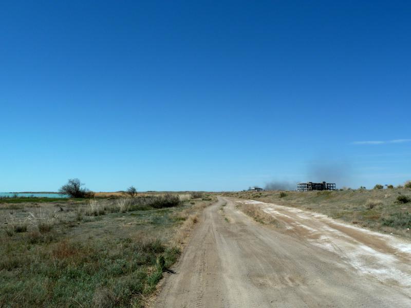 """20130508. Дорога между разрушенными объектами балхашских радаров """"дальнего обнаружения""""."""