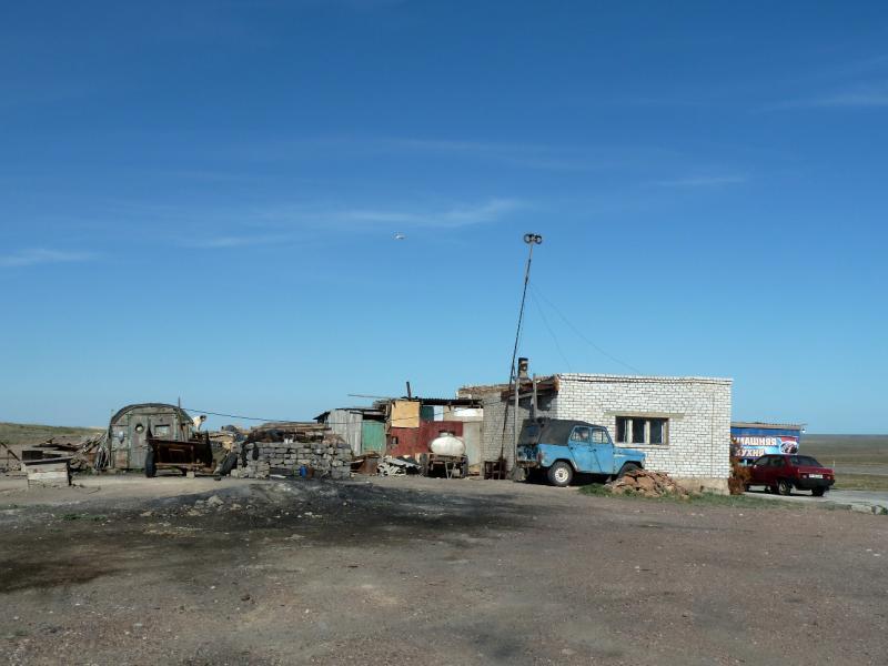 20130508. Вид на зады тошниловки у трассы М-36, за 40 километров до Сарыозека.