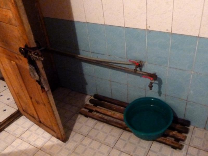 """20130508. Типа """"душ"""" в гостинице рядом с селом Сарышаган."""