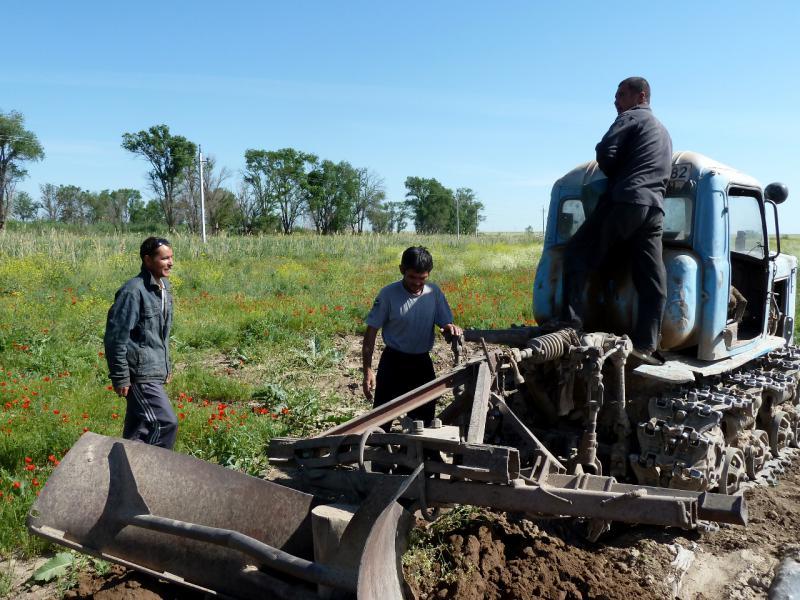 20130512. Трактор с плугом для проделки канав-арыков.