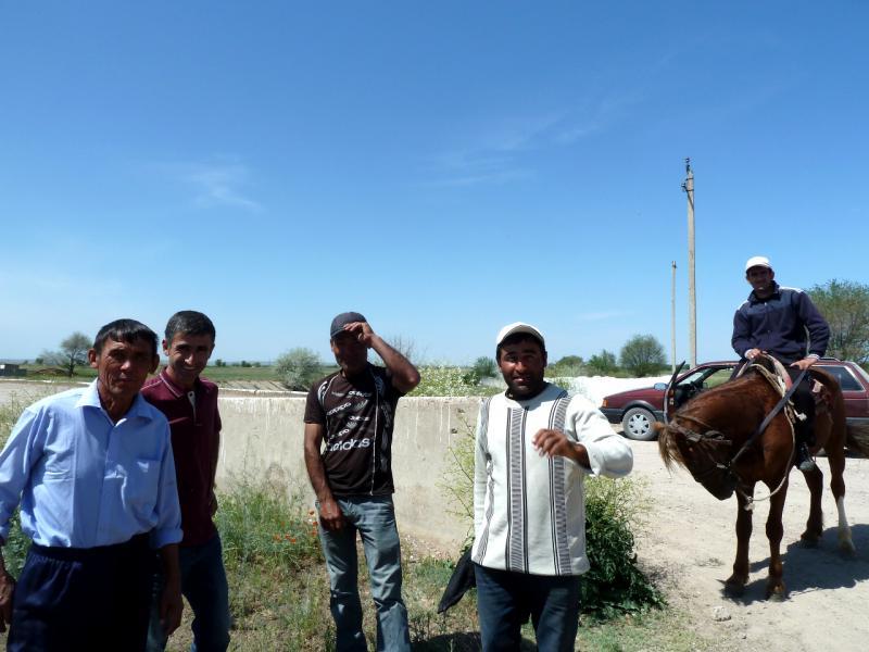 20130512. Рабочие бахчи, киргизы, в Чуйской долине.
