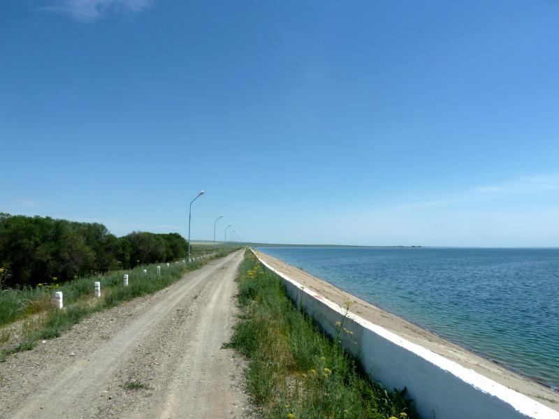 20130512. Служебная дорога вдоль Тасуткольского водохранилища.
