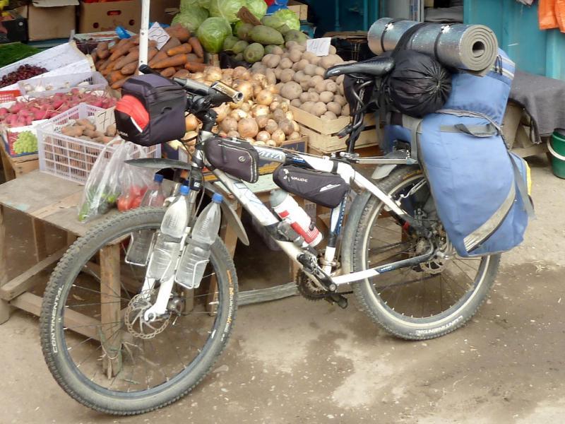 """Бокс-сумка """"Vaude Road I Handlebar"""": в походных условиях, общий вид на велосипеде."""